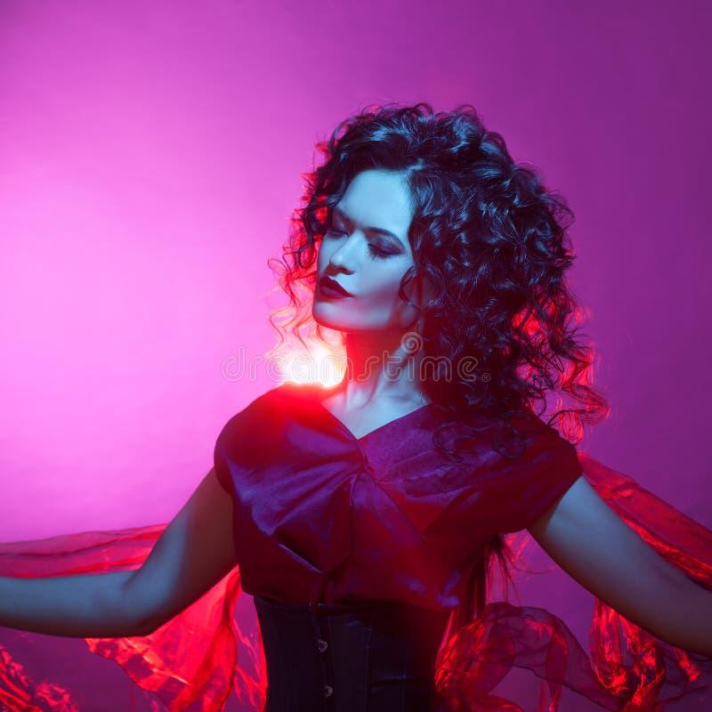 Ragazza gotica nel colore rosso ritratto di bella giovane donna con rossetto rosso immagini stock
