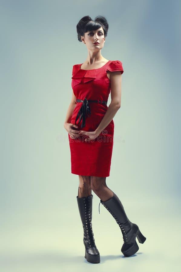 Ragazza gotica in vestito rosso immagini stock libere da diritti