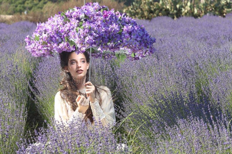 Ragazza graziosa all'aperto in un giacimento di fiore della lavanda immagini stock libere da diritti
