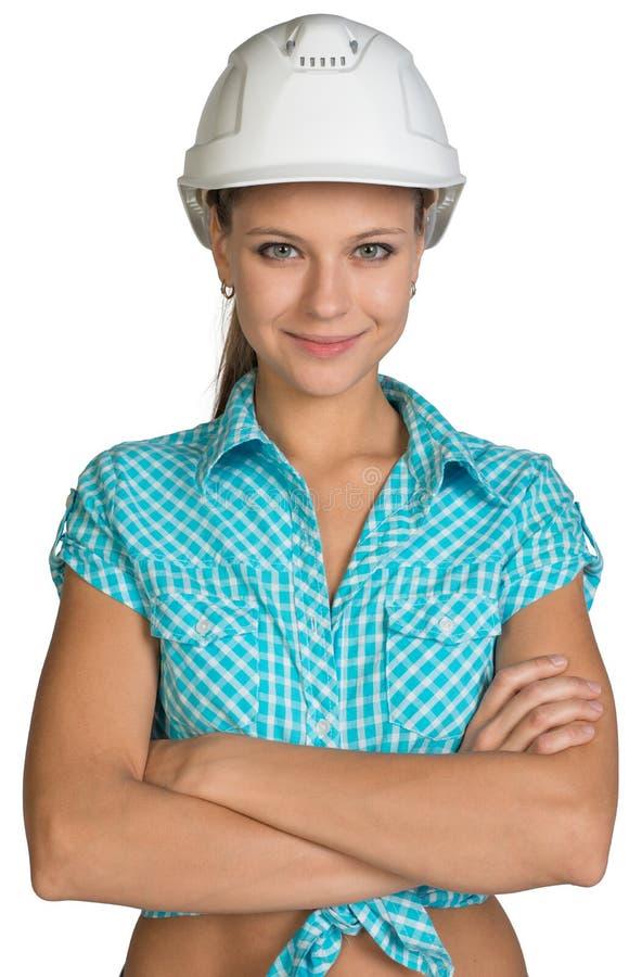 Ragazza graziosa in camicia e nella condizione bianca del casco fotografia stock libera da diritti
