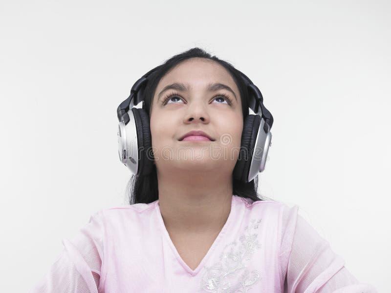 Download Ragazza Graziosa Che Ascolta La Musica Fotografia Stock - Immagine di capelli, etnico: 7320116