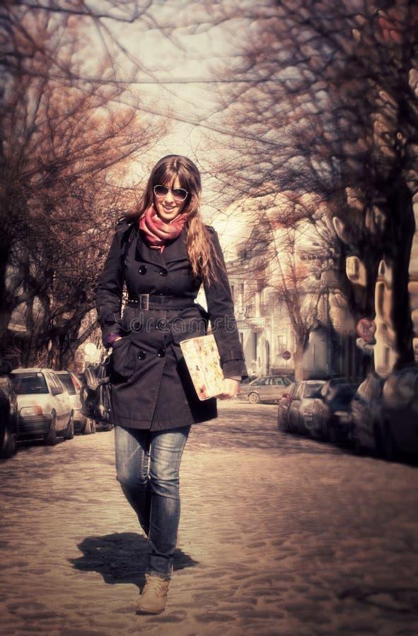 Ragazza graziosa che cammina alla via fotografia stock