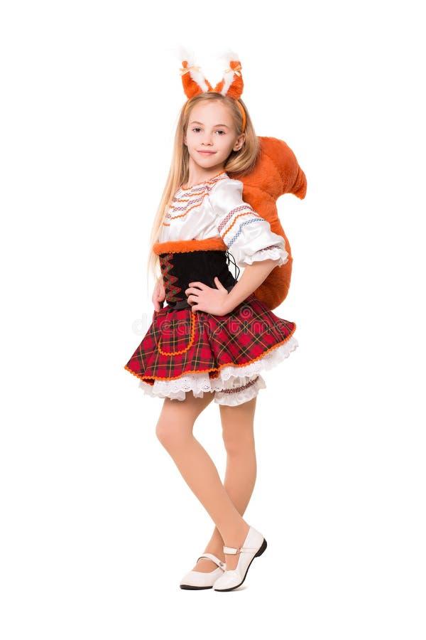 Ragazza graziosa che posa in un vestito dallo scoiattolo fotografie stock libere da diritti