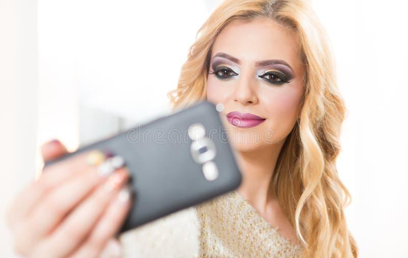 Ragazza graziosa che prende selfie fotografie stock libere da diritti