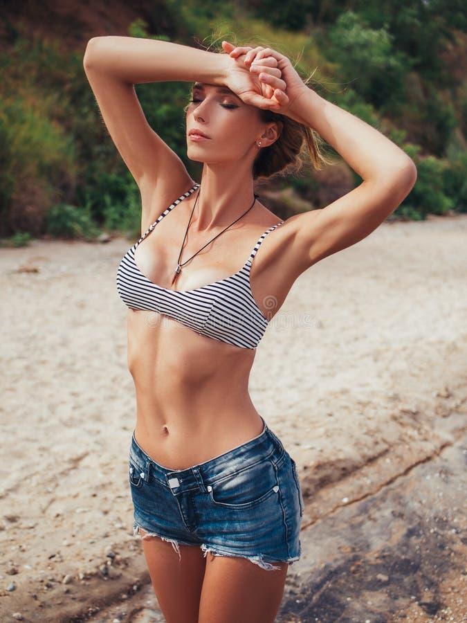 Ragazza graziosa che riposa sulla spiaggia fotografia stock