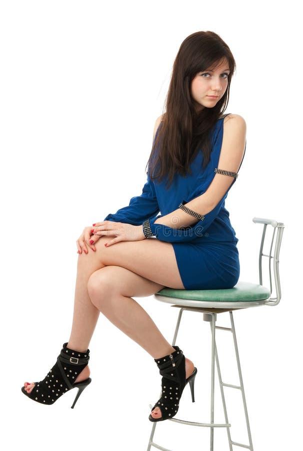 Ragazza graziosa che si siede sulla presidenza fotografie stock