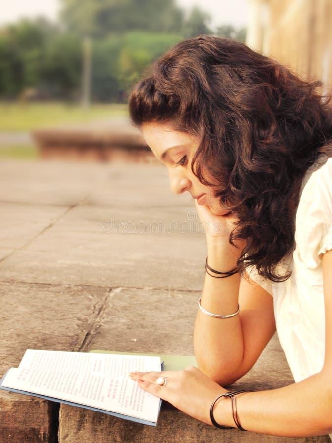 Ragazza graziosa che studia nella città universitaria. immagini stock libere da diritti