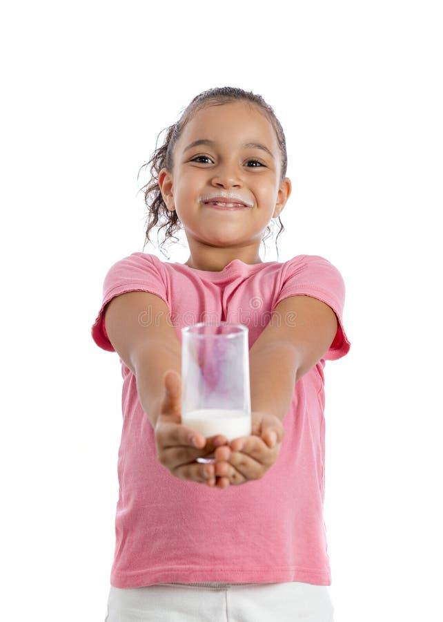 Ragazza graziosa che tiene il vetro di latte fotografia stock