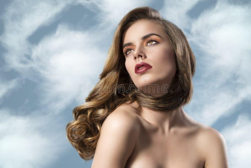 Ragazza graziosa con capelli ondulati e i soulders nacked immagini stock libere da diritti