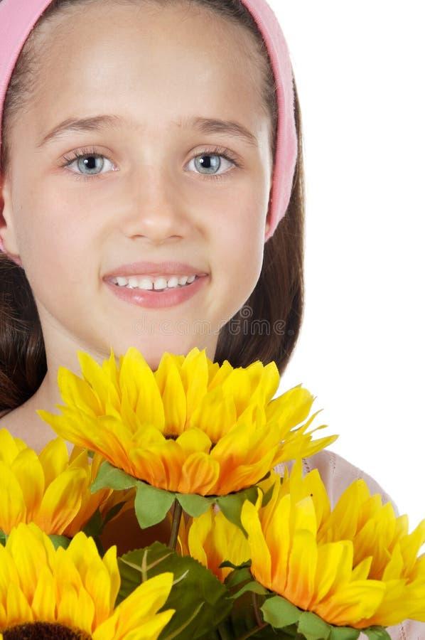 Ragazza graziosa con i fiori fotografia stock libera da diritti