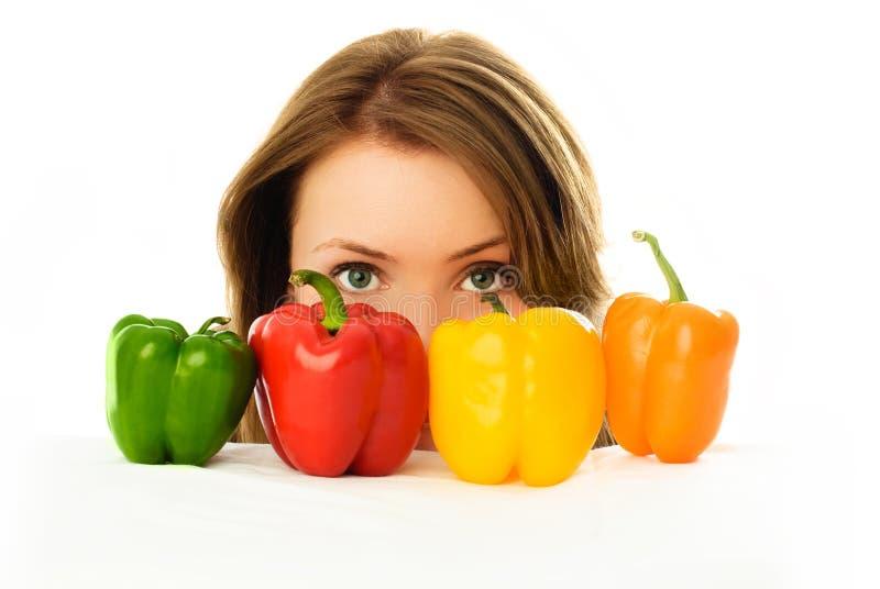 Ragazza graziosa con i peperoni fotografia stock