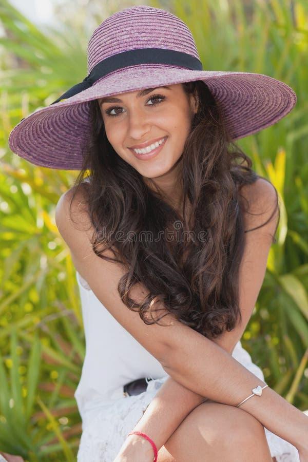 Ragazza graziosa con il cappello operato fotografie stock libere da diritti