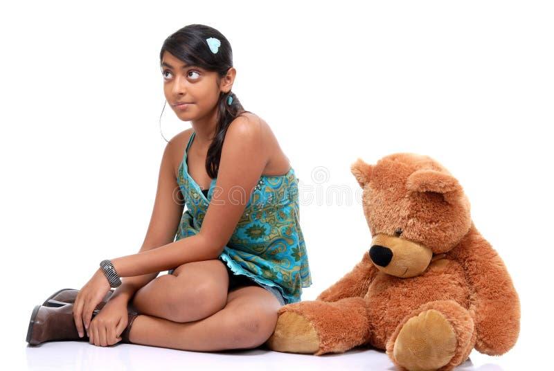 Ragazza graziosa con l'orsacchiotto fotografie stock libere da diritti