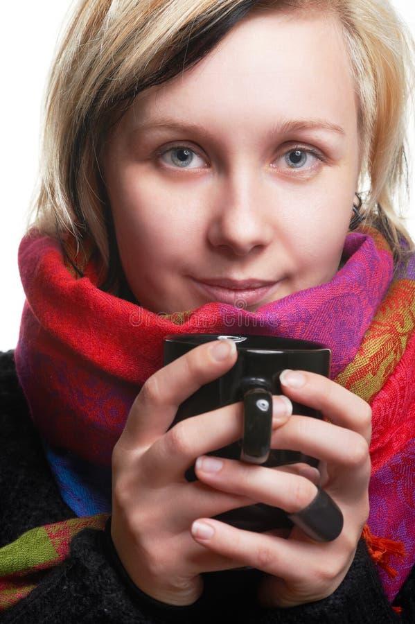Ragazza graziosa con la tazza in mani fotografia stock
