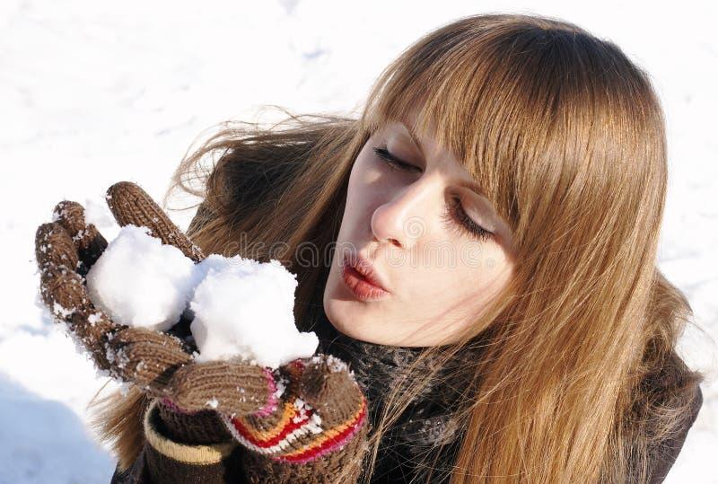 Ragazza graziosa con le palle di neve fotografia stock libera da diritti