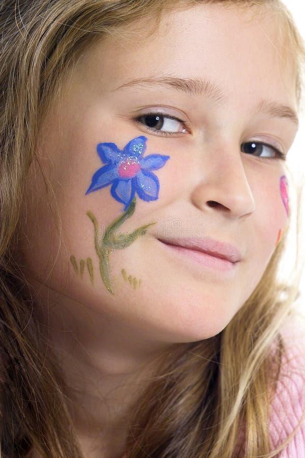 Ragazza graziosa con trucco della farfalla del fiore immagine stock