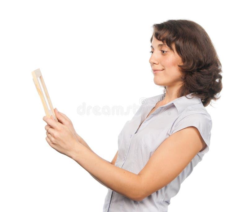 Ragazza graziosa con un blocco per grafici della foto immagini stock libere da diritti