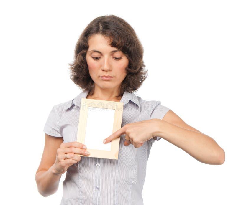 Ragazza graziosa con un blocco per grafici della foto fotografia stock libera da diritti