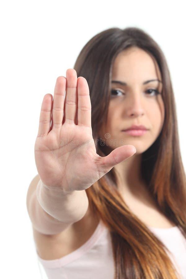 Ragazza graziosa dell'adolescente che fa gesto di arresto con la sua mano fotografie stock