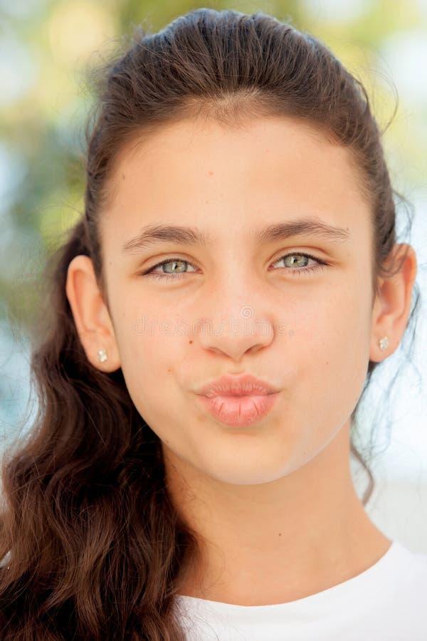 Ragazza graziosa dell'adolescente che getta un bacio fotografie stock