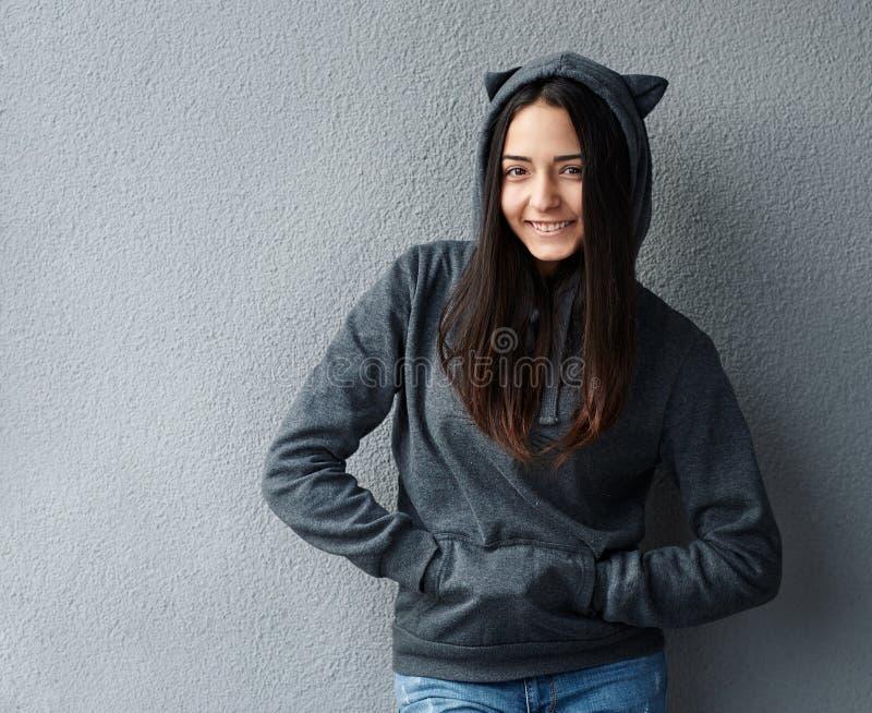 Ragazza graziosa dell'adolescente che sorride nella maglia con cappuccio fotografia stock