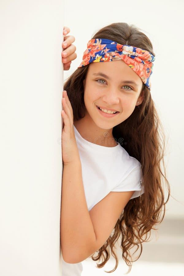 Ragazza graziosa dell'adolescente con una fascia fiorita immagine stock