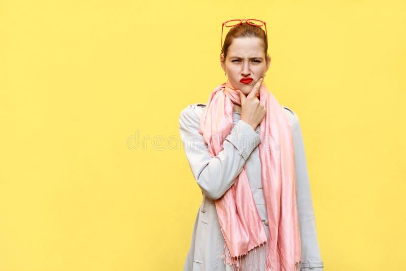 Ragazza graziosa dello zenzero all'autunno Durando in cappotto e sciarpa rosa, fotografia stock