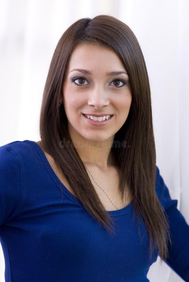 Ragazza graziosa di sorriso nella parte superiore blu immagini stock