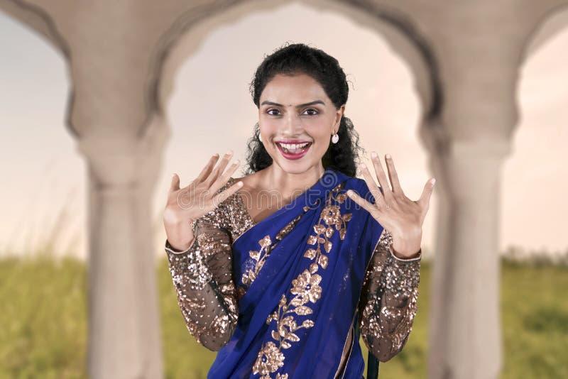 Ragazza graziosa emozionante che porta un vestito blu dal saree immagini stock libere da diritti