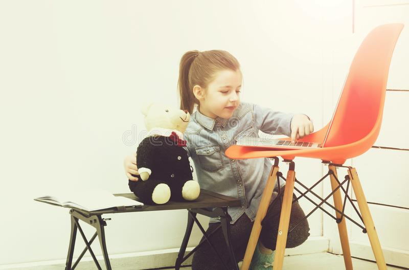 Ragazza graziosa felice che sorride al giocattolo dell'orsacchiotto fotografia stock libera da diritti