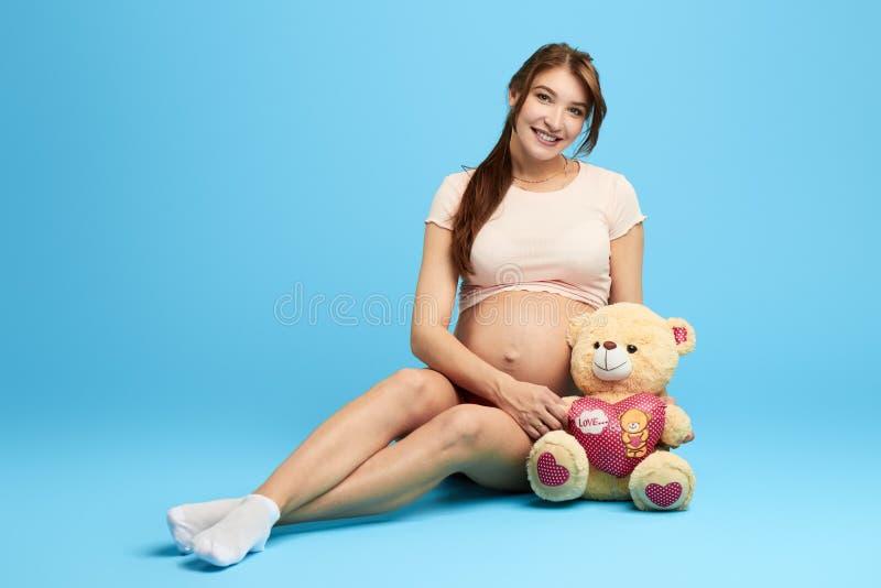 Ragazza graziosa incantante che gioca con un orsacchiotto fotografie stock libere da diritti