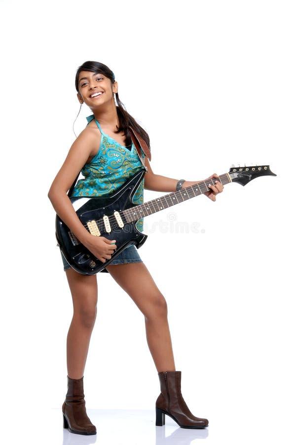 Ragazza graziosa indiana che gioca una chitarra fotografia stock libera da diritti