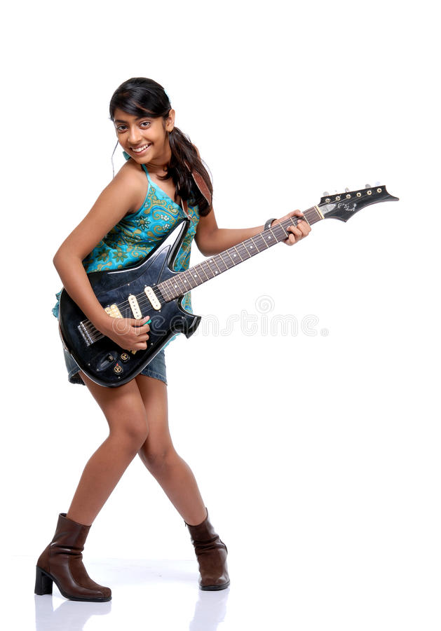 Ragazza graziosa indiana che gioca una chitarra immagine stock