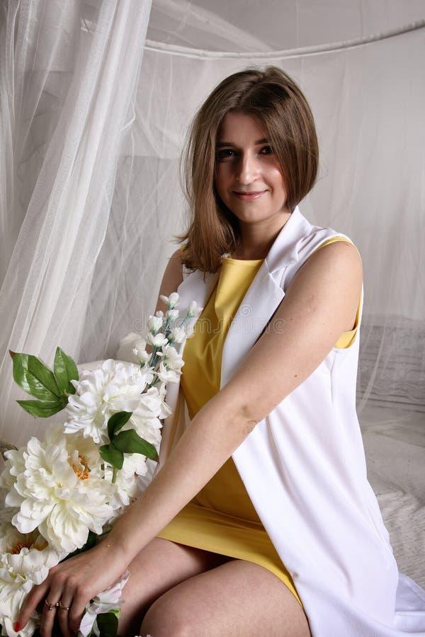 Ragazza graziosa nel bianco, tende fotografie stock