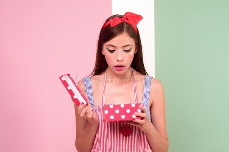 Ragazza graziosa nello stile d'annata ragazza del pinup con i capelli di modo Buon compleanno Celebrazione del partito perno sull fotografie stock libere da diritti