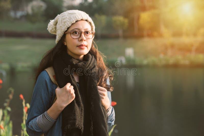 Ragazza graziosa urbana che cammina nel parco della riva del fiume fotografie stock libere da diritti