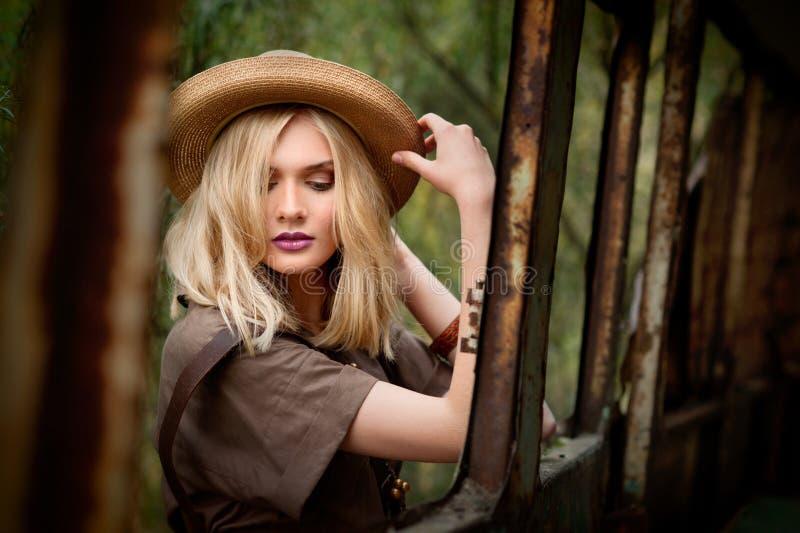 Ragazza graziosa in vestito cachi da estate di safari fotografia stock