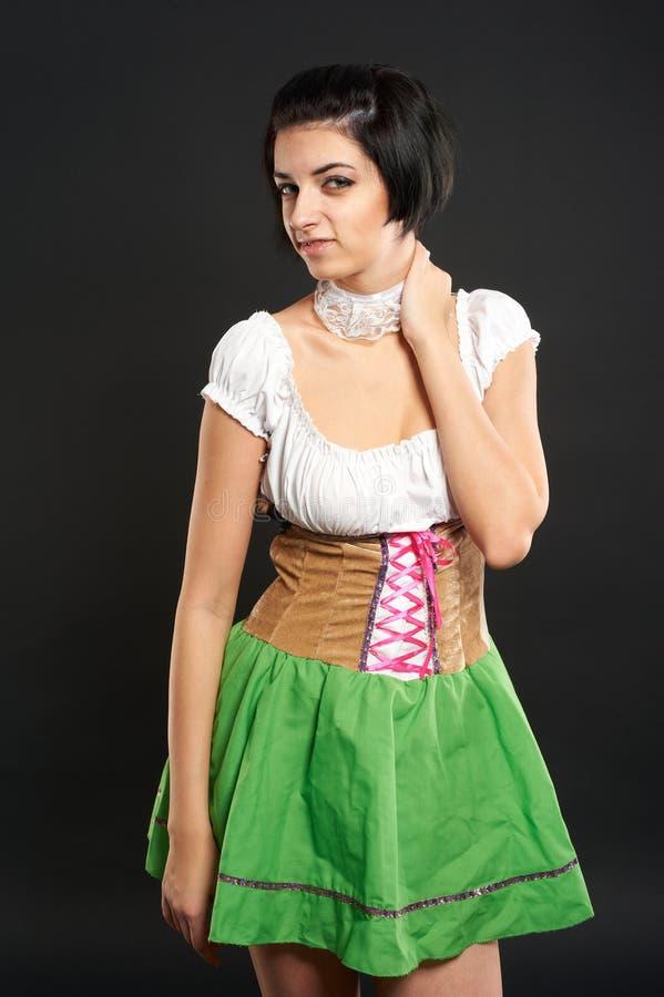 Ragazza graziosa in vestito tedesco da stile immagini stock libere da diritti