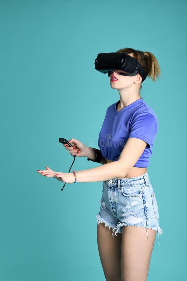 Ragazza graziosa in vetri di VR fotografia stock libera da diritti