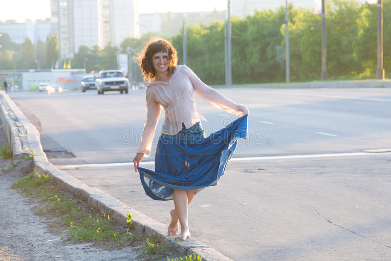 Ragazza, hippie, ambulante dal lato della strada carraia fotografia stock libera da diritti