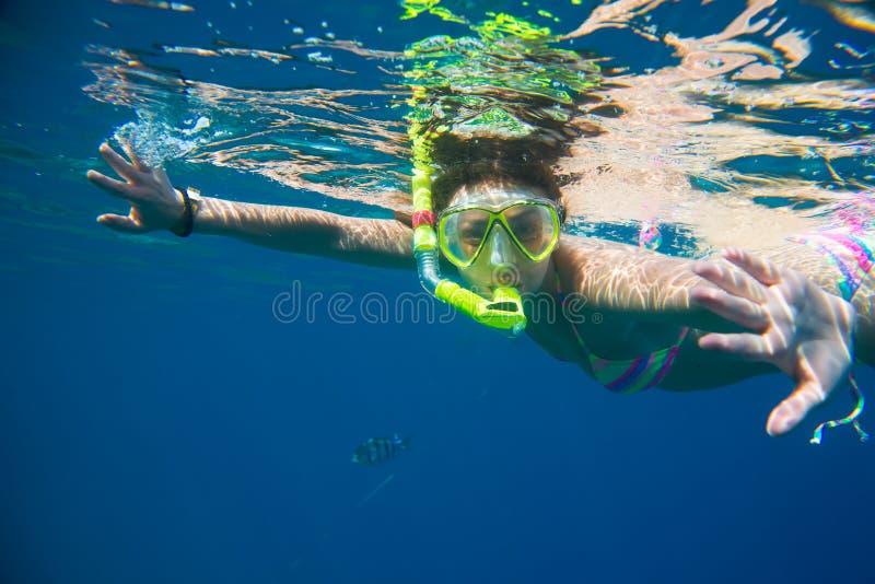Ragazza impegnata nell'immergersi immagine stock