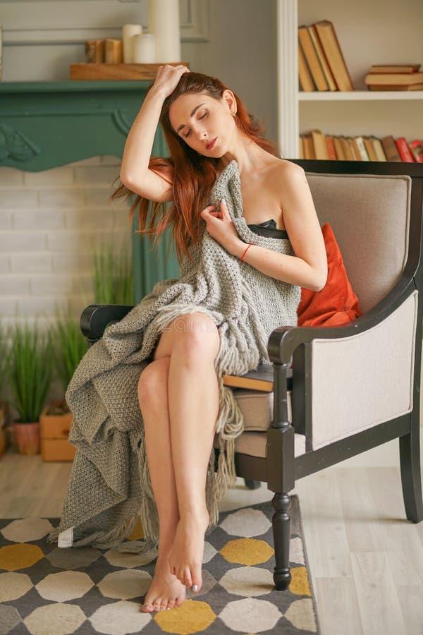 Ragazza incantante romanticamente avvolta in una coperta calda fotografie stock libere da diritti
