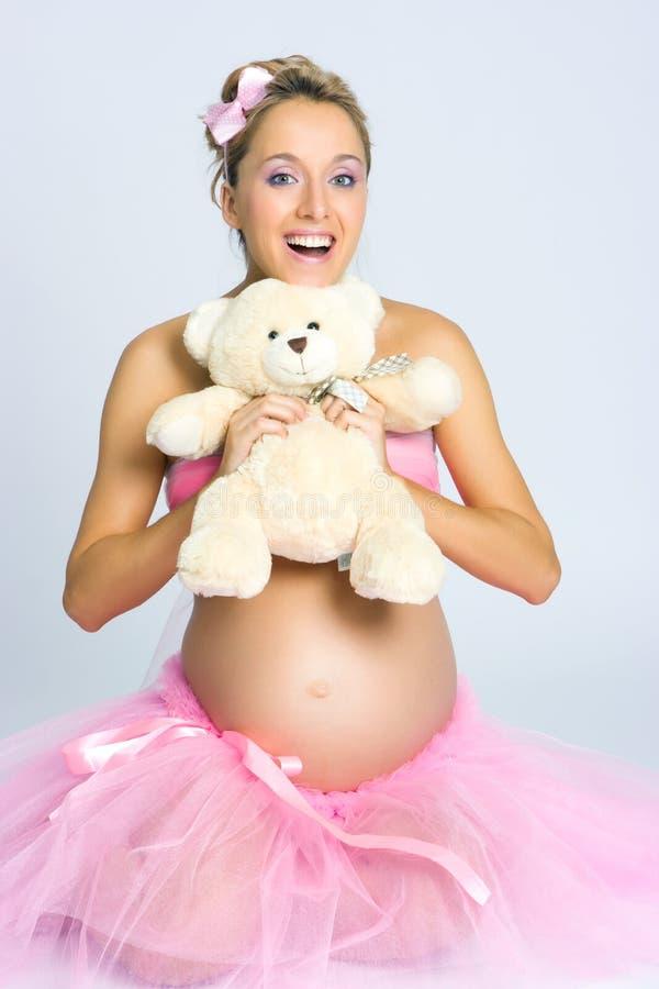 Ragazza incinta con l'orso di orsacchiotto immagini stock libere da diritti