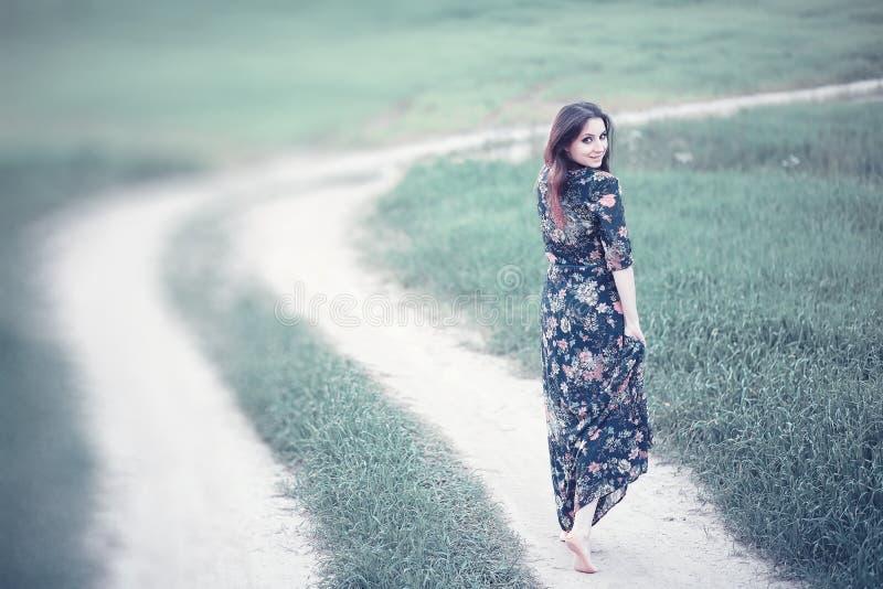 Ragazza incinta in un vestito in natura fotografia stock libera da diritti