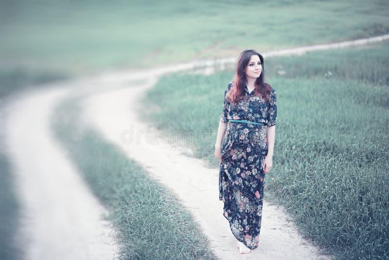 Ragazza incinta in un vestito in natura immagine stock