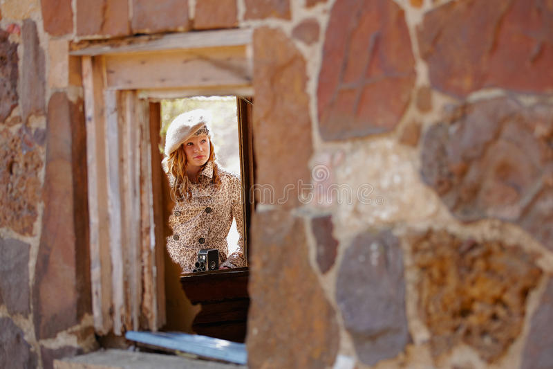 Ragazza incorniciata dalla finestra fotografie stock libere da diritti