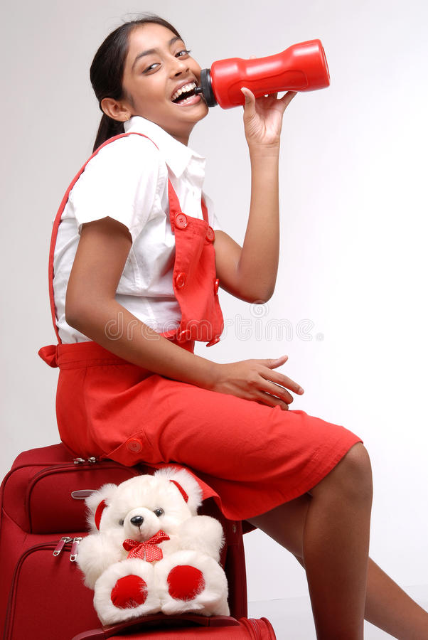 Ragazza indiana che aspetta con i suoi bagagli fotografie stock