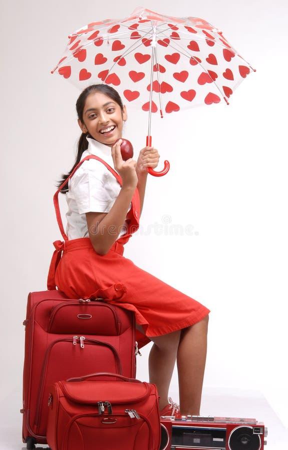 Ragazza indiana con bagagli e l'ombrello immagini stock libere da diritti