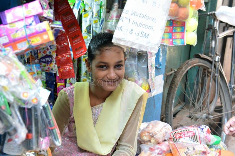 Ragazza indiana sorridente a Varanasi fotografia stock
