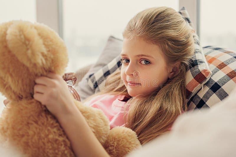 Ragazza innocente che gioca con l'orso del giocattolo fotografie stock libere da diritti